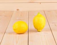 Limões na mesa de madeira Fotos de Stock