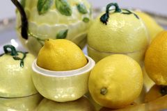 Limões no chá limoniforme antigo da dose da porcelana que serve ainda a vida imagem de stock royalty free