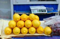 Limões no mercado Imagem de Stock