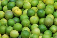 Limões no mercado local Imagens de Stock