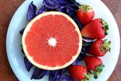 Lim, φράουλες και πέταλα σε ένα πιάτο Στοκ Εικόνες