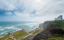 lima Перу Ландшафт от Miraflores Океан и жилая площадь Южной части Тихого океана в предпосылке Стоковые Фотографии RF