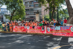 LIMA, PÉROU - 15 AVRIL 2013 : Fource de travail de Péruviens protestant sur la rue photographie stock