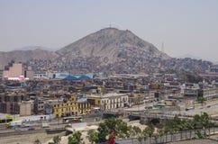 Lima, Pérou - 31 décembre 2013 : Taudis sur la pente de la colline San C Photos stock