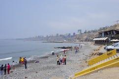 Lima, Pérou - 1er janvier 2014 : Les gens sur l'océan public de ville soient Photo stock