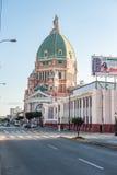 LIMA, PERÚ - 12 DE ABRIL DE 2013: Calle de Lima con la catedral en fondo Imagen de archivo