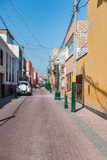 LIMA, PERÚ - 12 DE ABRIL DE 2013: Calle desconocida sin gente y un coche Fotos de archivo