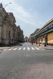 LIMA, PERÚ - 15 DE ABRIL DE 2013: Calle vacía en Lima, Perú Palacio en el righ Fotografía de archivo libre de regalías