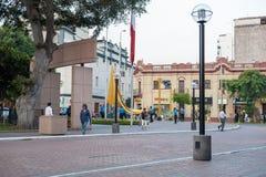 LIMA, PERÚ - 15 DE ABRIL DE 2013: Cambie las banderas en Kennedy Park, Lima, Perú Imagen de archivo