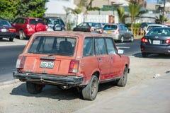 LIMA, PERÚ - 14 DE ABRIL DE 2013: Coche rojo viejo de Vaz Lada en la calle de Lima Imagenes de archivo