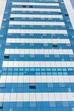 LIMA, PERÚ - 15 DE ABRIL DE 2013: Edificio del negocio con algunas ventanas abiertas en Lima, Perú Foto de archivo libre de regalías