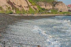 LIMA, PERÚ - 14 DE ABRIL DE 2013: Línea de océano de South Pacific en Miraflores, Lima, Perú Gente local en fondo Foto de archivo libre de regalías