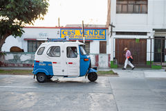 LIMA, PERÚ - 12 DE ABRIL DE 2013: Las furgonetas de Empti transportan el taxi en la calle en Lima, Perú Foto de archivo