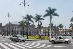 LIMA, PERÚ - 15 DE ABRIL DE 2013: Lima Downtown, Perú Mucha gente y palacio en fondo Imagen de archivo libre de regalías