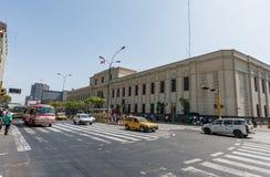 LIMA, PERÚ - 15 DE ABRIL DE 2013: Tráfico de la calle cerca de la biblioteca nacional en Lima, Perú Fotos de archivo libres de regalías