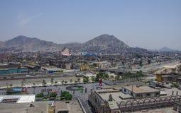 Lima, Perú - 31 de diciembre de 2013: Tugurios en la cuesta de la colina San C Foto de archivo