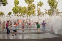 LIMA, PERÚ - 22 DE ENERO DE 2012: Gente que disfruta de día de verano caliente Imágenes de archivo libres de regalías