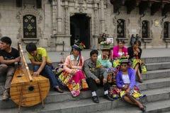 LIMA, PERÚ - 4 DE NOVIEMBRE DE 2015: Peruvians en trajes nacionales en los pasos la catedral de la basílica en Lima, Perú fotos de archivo