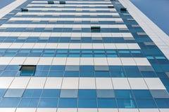 LIMA PERU - APRIL 15, 2013: Affärsbyggnad med några öppna fönster i Lima, Peru arkivbilder