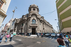 LIMA PERU - APRIL 15, 2013: Affärsgata i Lima och tidningskontorsbyggnad i bakgrund arkivbilder