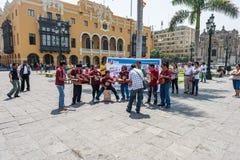LIMA PERU - APRIL 15, 2013: Den lokala peruanska musikmusikbandet spelar i den Lima Cathedral fyrkanten royaltyfri fotografi