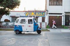 LIMA PERU - APRIL 12, 2013: Empti skåpbilar bussar taxien på gatan i Lima, Peru arkivfoto
