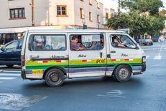 LIMA PERU - APRIL 12, 2013: Gamla skåpbilar bussar i den Lima gatan och extremt fullt av folk Faucett - Pilas rutt royaltyfria bilder