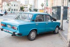LIMA PERU - APRIL 12, 2013: Gammal blå Vaz Lada bil i den Lima gatan royaltyfri foto