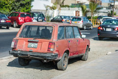 LIMA PERU - APRIL 14, 2013: Gammal röd Vaz Lada bil i den Lima gatan arkivbilder