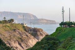 LIMA PERU - APRIL 14, 2013: Gatasikt från Miraflores område till det South Pacific havet arkivfoto