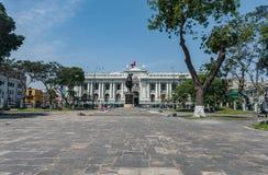 LIMA PERU - APRIL 15, 2013: Kvadrera i Lima, Peru med statyn av den lokala hjälten arkivbild