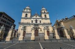 LIMA PERU - APRIL 15, 2013: Kyrka i Lima, Peru royaltyfri bild