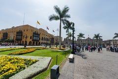 LIMA PERU - APRIL 15, 2013: Lima Cathedral fyrkant med många turister och slott i bakgrund royaltyfri fotografi
