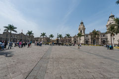 LIMA, PERU - APRIL 15, 2013: Lima Cathedral Square en Paleis op achtergrond Stock Fotografie