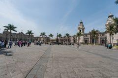 LIMA PERU - APRIL 15, 2013: Lima Cathedral Square och slott i bakgrund arkivbild