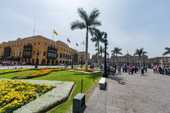 LIMA, PERU - APRIL 15, 2013: Lima Cathedral-vierkant met vele toeristen en Paleis op achtergrond Royalty-vrije Stock Fotografie