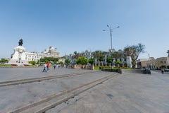 LIMA PERU - APRIL 15, 2013: Lima Downtown Square med den hjältestatyn och slotten i bakgrund arkivbilder