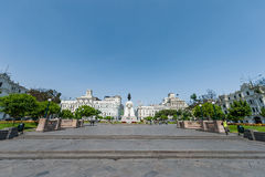 LIMA PERU - APRIL 15, 2013: Lima Downtown Square med monumentet royaltyfria foton