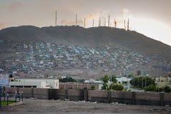 LIMA PERU - APRIL 17, 2013: Lima fattigt folkområde Pamplona område med inget vatten, elektricitet och andra lättheter royaltyfria bilder