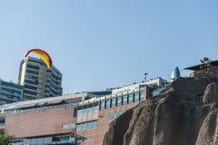 LIMA PERU - APRIL 14, 2013: Miraflores område i Lima, Ultralight flyg över det bosatta området och vaggar arkivbild