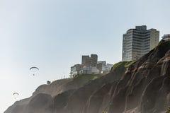 LIMA PERU - APRIL 14, 2013: Miraflores område i Lima, Ultralight flyg över det bosatta området och vaggar royaltyfri bild