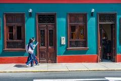 LIMA, PERU - APRIL 12, 2013: Niet geïdentificeerde Chinese toeristen die in Lima lopen Het bekijken de kaart Stock Foto's