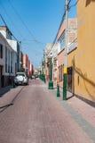 LIMA PERU - APRIL 12, 2013: Okänd gata med inga personer och en bil arkivfoton