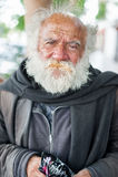 LIMA, PERU - APRIL 15, 2013: Onbekende Dakloze persoon die met grijze baard snoepjes in Lima, Peru eten Stock Foto's
