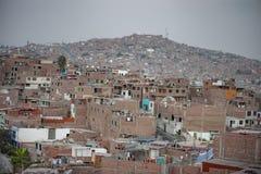 LIMA PERU - APRIL 17, 2013: Pamplona område i Lima med armod royaltyfri foto