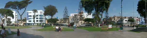 Lima Peru - April 29, 2012: Panorama av den lilla fyrkanten i Lima Peru Arkivbilder
