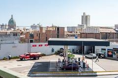 LIMA PERU - APRIL 12, 2013: Patrullstation i Lima, Peru Fors från viadukten ovanför motorwayen royaltyfria bilder