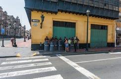 LIMA PERU - APRIL 15, 2013: Politikvakt i gatan arkivfoto