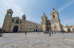 LIMA PERU - APRIL 15, 2013: Slott och kyrka i Lima, Peru royaltyfri fotografi