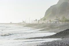 LIMA PERU - APRIL 14, 2013: South Pacific havkust i Miraflores, Lima, Peru Lokala folk och turister för berg i bakgrund arkivfoton